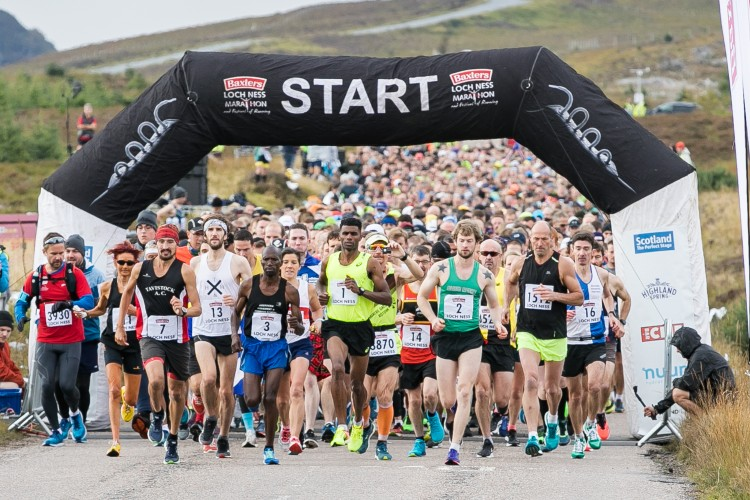 runners starting the loch ness marathon